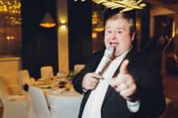 vybrat_vedushchego_svadbu